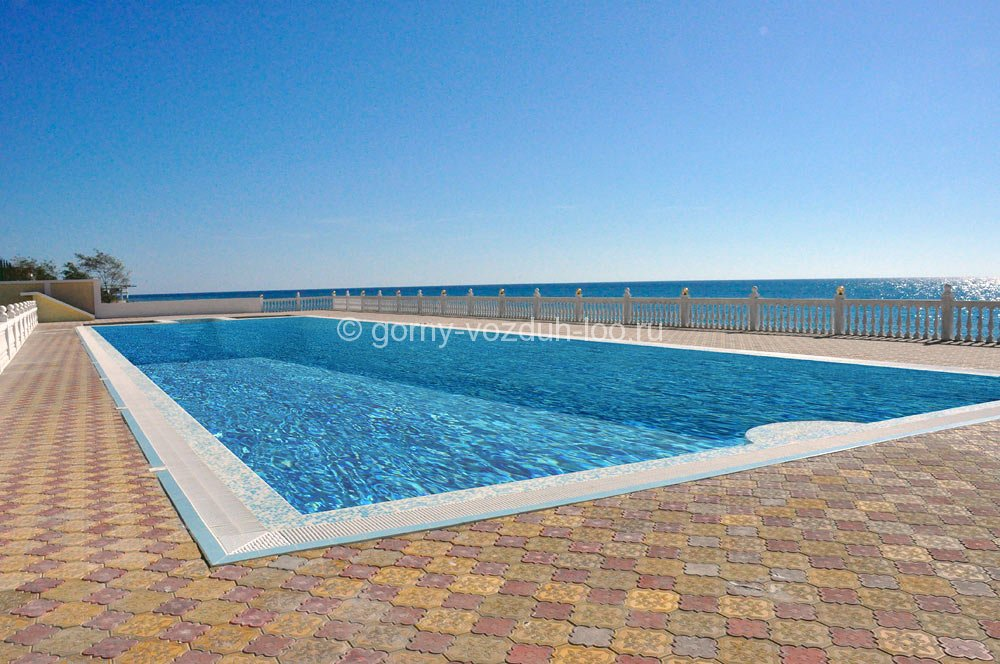 Открытый бассейн с морской водой